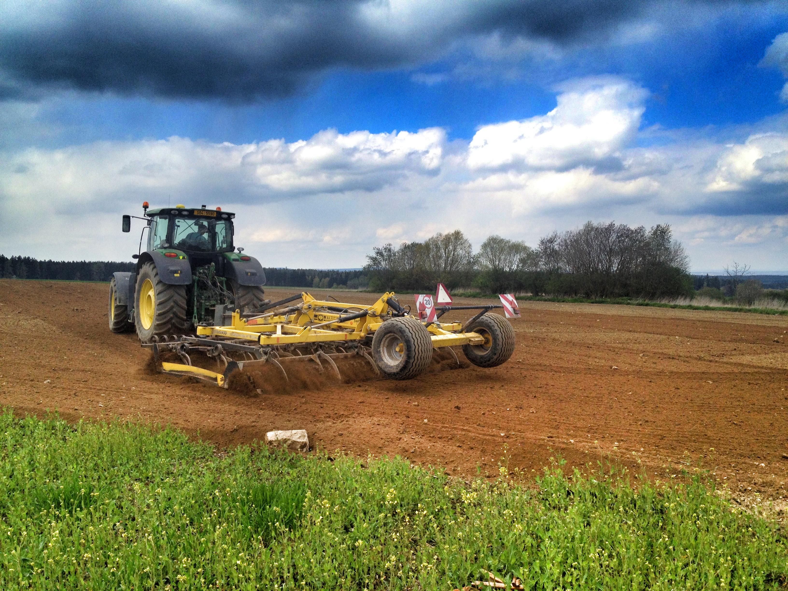 Zemědělské družstvo ve Zbýšově nám půdu připravilo a oselo travním a bylinným semenem. Příští rok by tu mohla být pěkná louka pro zvířata.